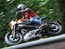 """哈雷第一台电动摩托车恢复生产 是""""黑寡妇""""骑的那台"""